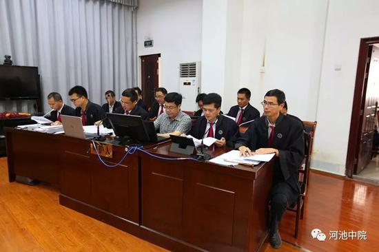 该案共有12名被告人聘请律师到庭辩护