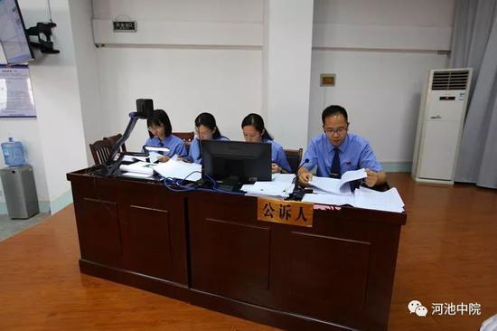 凤山县检察院检察长秦义永(右一)出庭支持公诉