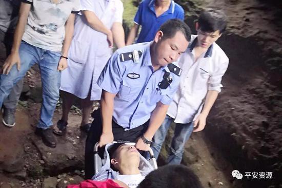 桂林资源:游客爬山不慎受伤 民警担架火速救援