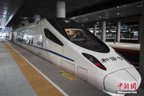 资料图:高铁动车组列车准备发车。中新社记者 吕品 摄