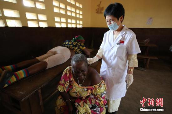 图为援喀麦隆医疗队大夫在喀麦隆巴扶桑地区为当地百姓做针灸治疗。受访者供图