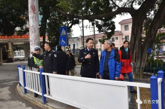 百色市公安局交通警察支队支队长黄毅军与相关部门在蘑菇亭路口现场调研