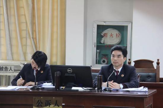 兴宾区检察院检察长余崇盛(右一)出庭支持公诉