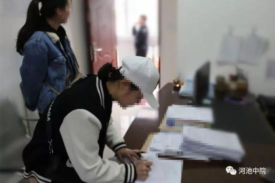 图为当事人双方在询问笔录上签字