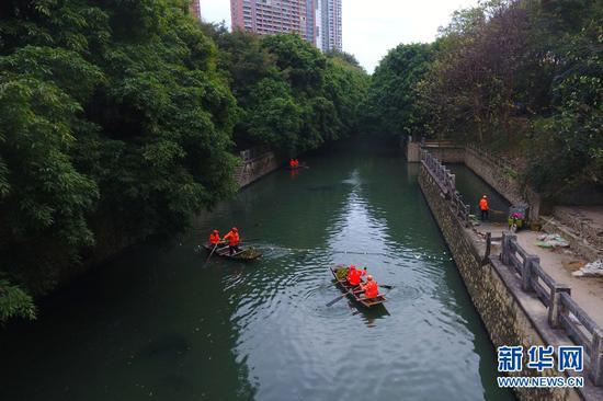 环卫工人们在南宁市朝阳溪西平桥附近打捞清理内河的垃圾。(无人机航拍)(2019年1月30日拍摄)