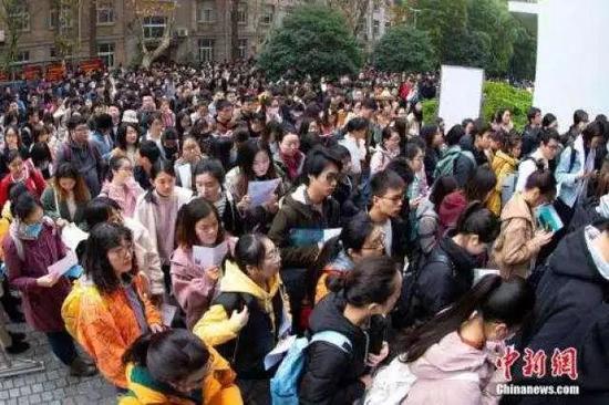 △2018年12月2日,考生在南京林业大学考点进场参加考试。