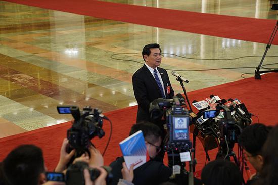 中国民航局局长冯正霖回答记者提问。