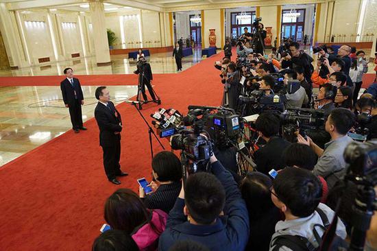生态环境部部长李干杰回答记者提问。