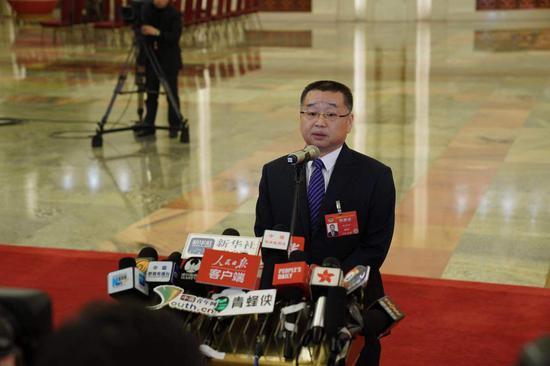 国家医疗保障局胡静林回答记者提问。