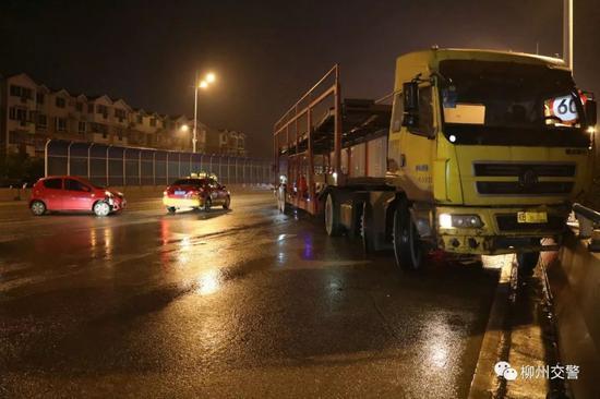 惊险!柳州一大货车桥上与轿车发生碰撞 骑上防护栏