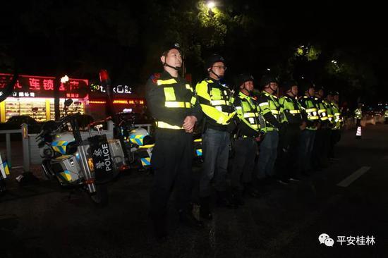 """精准打击黑出租 桂林近百辆""""出租车""""全开进了警局"""