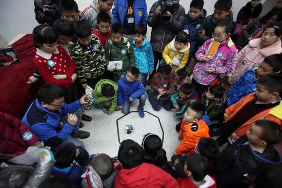 陕西西安,百名7-15岁的青少年正在学习给机器人写代码。图片来自视觉中国