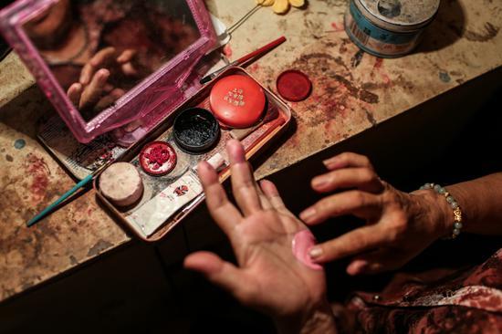 △演员们化妆用的油彩,非常有年代感。