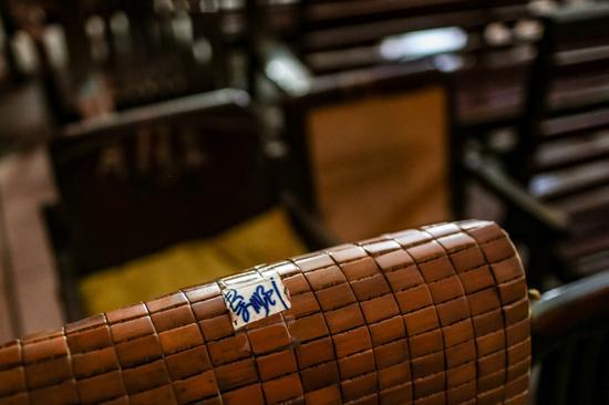 """△观众席的一把椅子上贴着""""秦顺""""的字样。"""