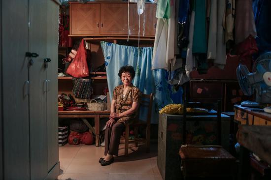 周英82岁,原桂剧专业演员,戏校校长,现是剧团的导演。