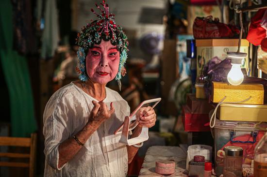 △正在化妆的剧团团长李丽珠。