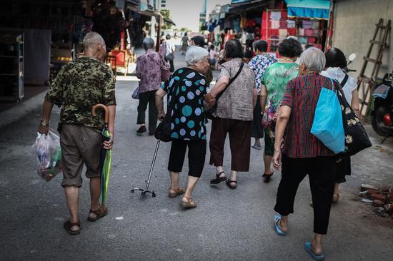 △演出结束后,老人们相互搀扶着离开。