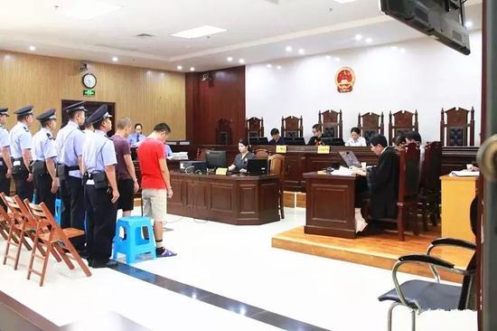 中越边境走私冻肉上千吨!广西5名被告人出庭受审
