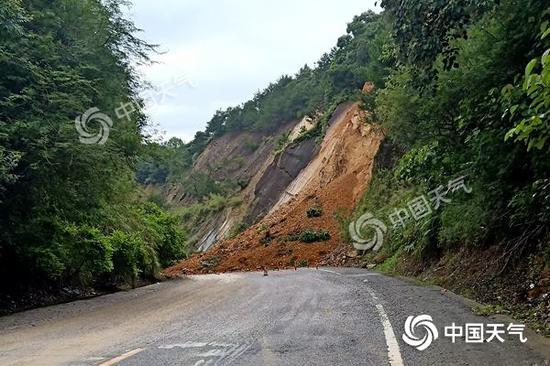 武鸣区两江镇雷江村韦周屯路段边坡发生大面积塌方