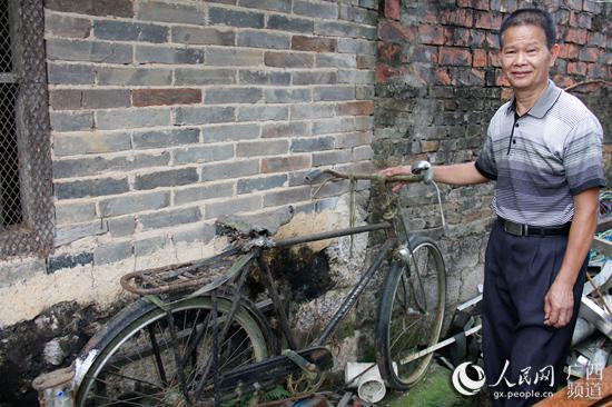 梁炳聪还保留着1977年购买的自行车