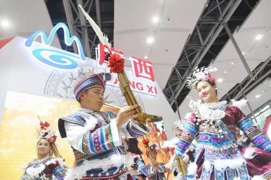 民族歌舞表演——《斗马》