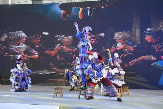 融水达配、达亨表演民族风情歌舞——《坐妹》