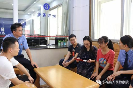 蒋仕萍和检察院的哥哥姐姐们分享喜悦,大家纷纷送上祝福