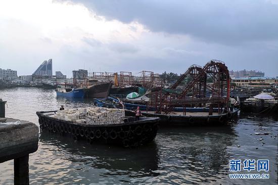 9月18日傍晚,一艘满载而归的渔船缓缓驶入广西北海市侨港镇电建渔港。