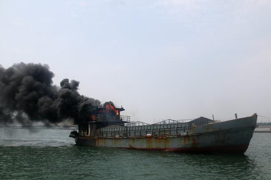 广西钦州一货船起火 消防与海事联合救援无人员伤亡