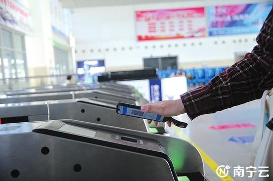 旅客使用电子客票轻松进站乘车(中国铁路南宁局集团有限公司供图)