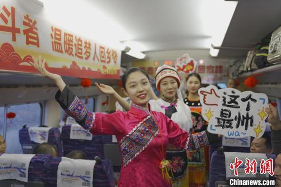 南宁客运段列车工作人员开展活动,营造温暖返乡氛围。 韦增乐 摄