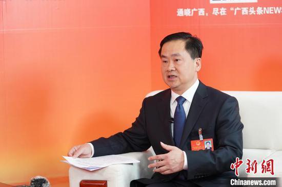 广西人大代表、桂林市市长秦春成接受中新网记者专访。 陈冠言 摄