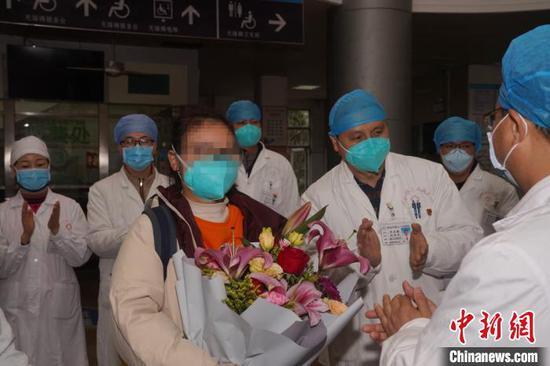 梧州市第2名新型冠状病毒感染的肺炎确诊患者出院。 杨扬 摄