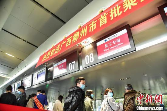 资料图:2月24日11时40分许,一架搭乘34名务工人员的航班在广西柳州市起飞,并在当天下午抵达浙江杭州萧山机场。这是广西首架护送贫困地区农村劳动力返岗务工的飞机。 王以照 摄