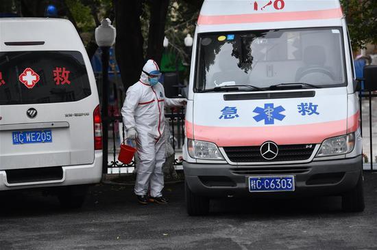 广西桂林南溪山医院救护队护士胡祖权给救护车消毒(2月7日摄)。新华社记者 黄孝邦 摄