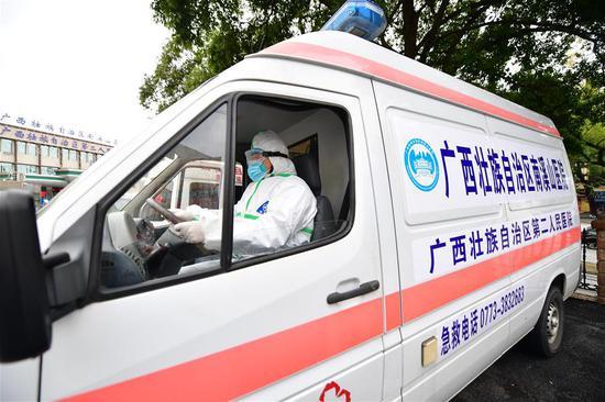 广西桂林南溪山医院救护队司机温擎驾驶救护车出发(2月7日摄)。新华社记者 黄孝邦 摄