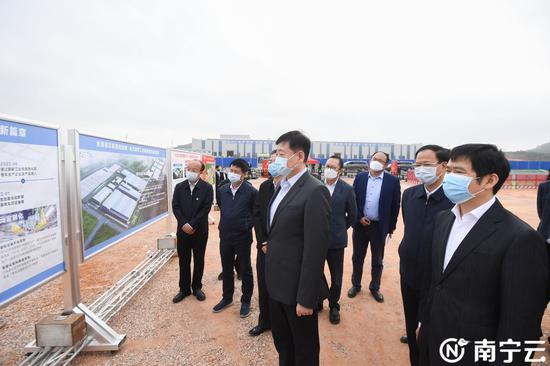 王小东考察南宁合众新能源汽车产业项目规划建设情况。记者 陈麒元 摄