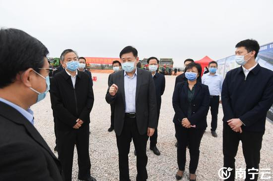 王小东考察南宁天际新能源汽车产业项目规划情况。 记者 陈麒元 摄