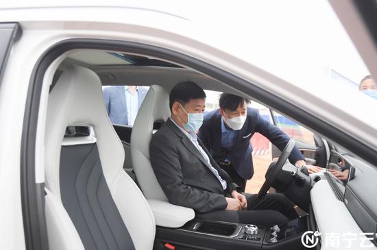 王小东现场考察合众新能源汽车。记者 陈麒元 摄