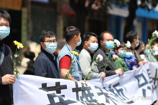 泪目!广西26岁救火英雄牺牲 群众自发前来送别