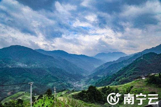 洪门寨云海和梯田的自然风光。记者 黄思宁摄