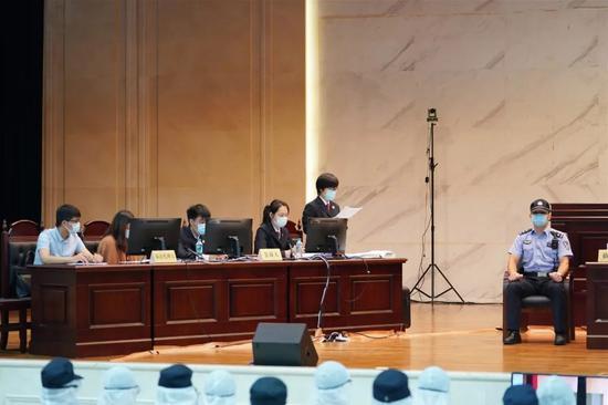 公诉人宣读起诉书
