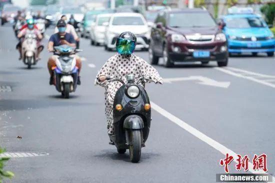 (现在越来越多的电动自行车驾驶人自觉佩戴头盔)