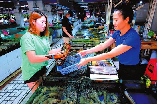 昨日傍晚买菜高峰期,市场内购买海鲜的市民并不多本报记者宋延康摄