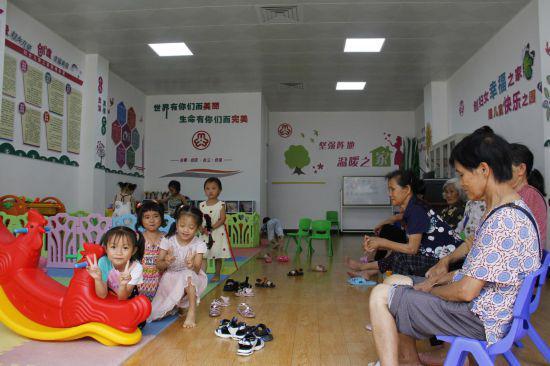 """孩子们在""""妇女儿童之家""""里玩耍。朱晓玲摄"""
