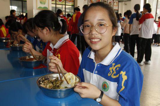 贫困学生谭玉姝正在吃免费营养午餐。朱晓玲摄