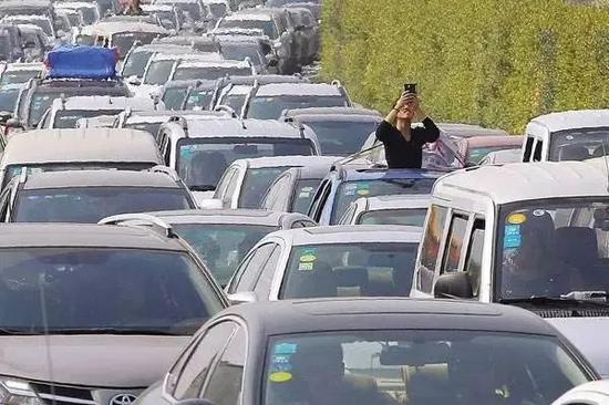 """桂柳高速""""双节""""易堵路段公布 可走这些线路绕行"""