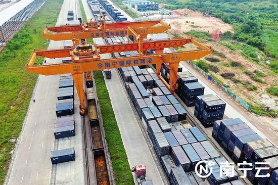我市多个重要节点项目建设取得阶段性成果。图为繁忙的南宁国际铁路港。记者王志鹏摄