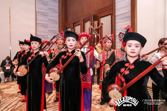 ▲崇左市竞选团在会上表演天琴弹唱。