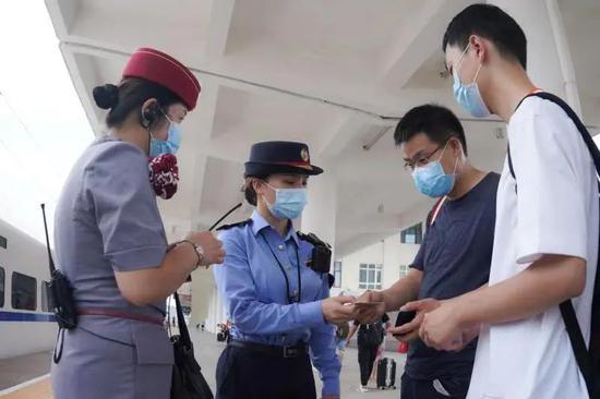 广西铁路部门重联22趟动车服务第17届中国-东盟博览会